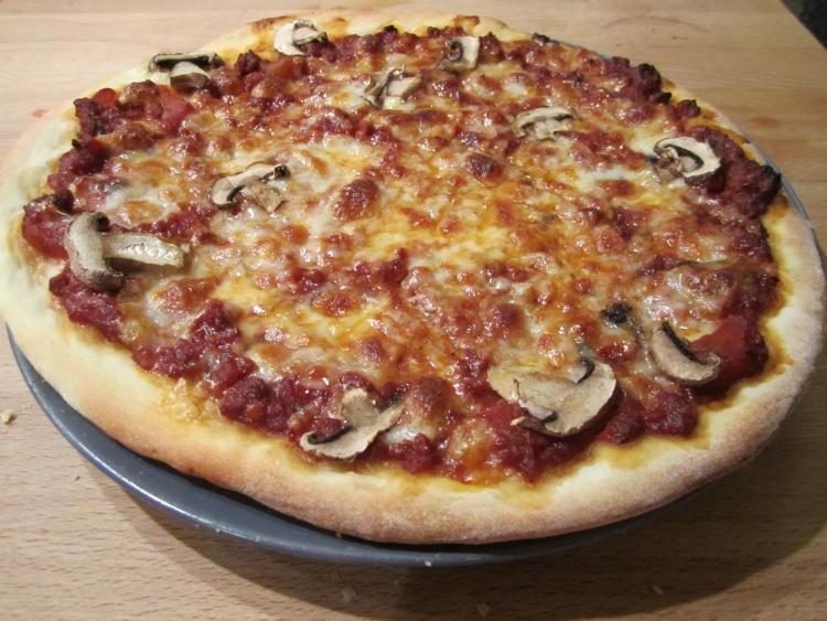 Vegetarian bolognaise pizza